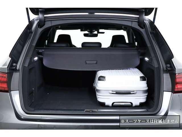 (撮影用スーツケース:幅42cm×高さ62cm×奥行26cm) ステーションワゴンですのでトランクスペースは広々です。スポーツ走行から普段使いまで様々な用途に使用できます。