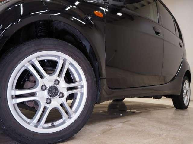 ホイルは社外15インチアルミホイルになります。タイヤは夏冬セットでお付けしますので、余計な出費もかさまず安心です。タイヤサイズ145-65-15。