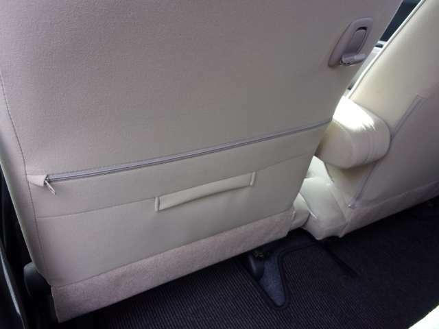 置き場所に困るティッシュBOXを助手席シートバックにスッキリと収納できます