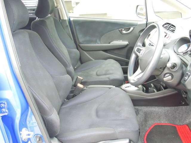 ゆったりした運転席・助手席です。運転席はシートハイトアジャスターつきで高さ調整が可能ですので、いろいろな方のドライビングポジションに合いますね♪