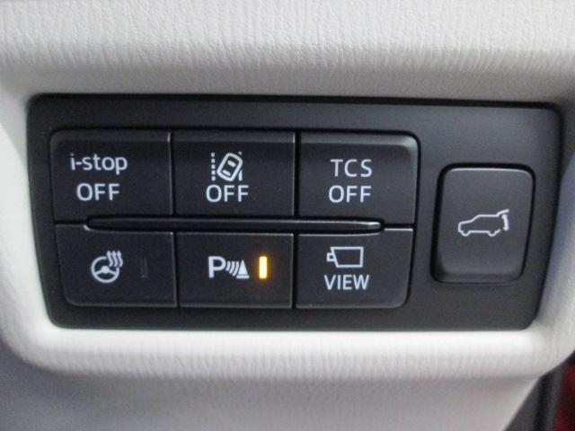 i-stop、車線逸脱警報システム、TCSトラクションコントロール、ハンドルヒーター、コーナーセンサーは運転席のスイッチでオンオフが可能です。カメラ映像への切替えや電動リアゲートのスイッチ付きです。