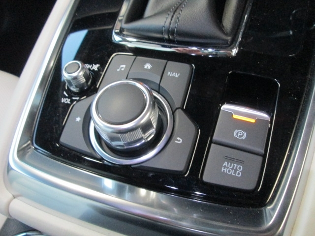 オートホールド機能を装備。停車時にブレーキペダルから足を離しても停車状態を維持できる機能です。アクセルペダルをを操作するとブレーキは自動的に解除されます。電動パーキングブレーキも装備。