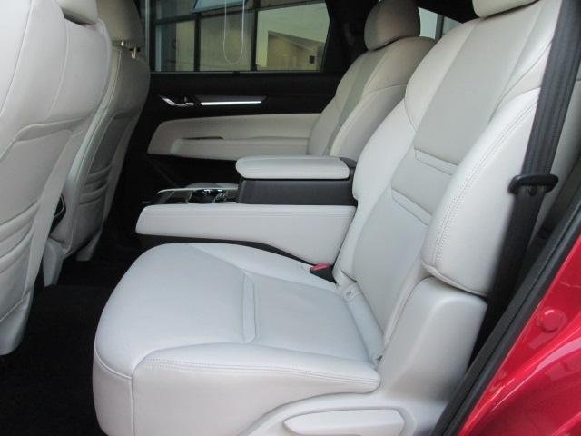 リアシート中央はアームレストとして使用できます。アームレスト内にはカップホルダー、小物入れの他に充電用USB端子を2つ装備。左右にシートヒーターも装備し、後席での快適性がさらに向上しています。
