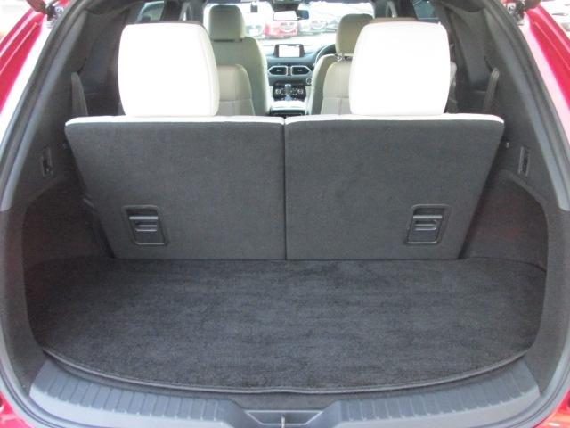 サードシートは5:5の分割可倒タイプです。また、パワーリフトゲートを装備。アドバンストキーや運転席のスイッチ操作でリアゲートを開閉する事が可能です。