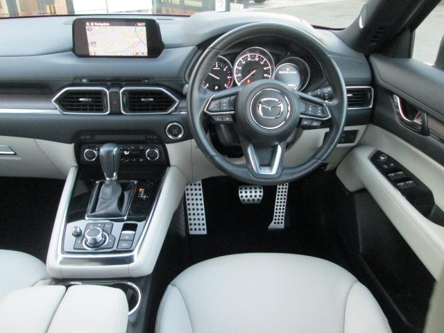 運転席にはフロントガラス照射タイプのアクティブ・ドライビング・ディスプレイを搭載。さらにTSR交通標識認識システムを装備。速度制限などの標識をカラーで表示します。