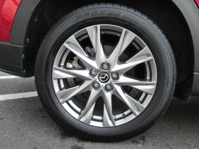 高輝度塗装された19インチアルミホイールを装備。ホイール中心から外側に向かってダイナミックに広がっていく造形がアテンザらしい強さを表現しています。タイヤサイズは225/55R19です