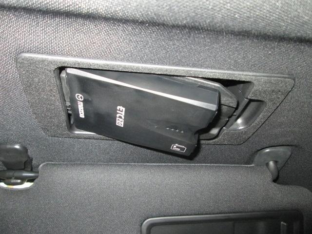 今までのETCよりも多くの交通情報を受信できるETC2.0を装備。本体はサンバイザーの裏に隠れるようにスッキリ収納。ワンプッシュで車載器が斜めに下がりますのでETCカードの出し入れも簡単にできます。