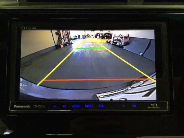 バックでの車庫入れも安心です! リアカメラが付いているバックモニター付のナビを装備しております。操作線もついており距離感も画面から確認できます。