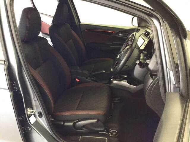 広い足元にゆったり座れるシートには肘掛けも装備しており長距離の運転でも疲れにくくなってます。女性でも運転がしやすいように、シートの高さ調整機能がついています。