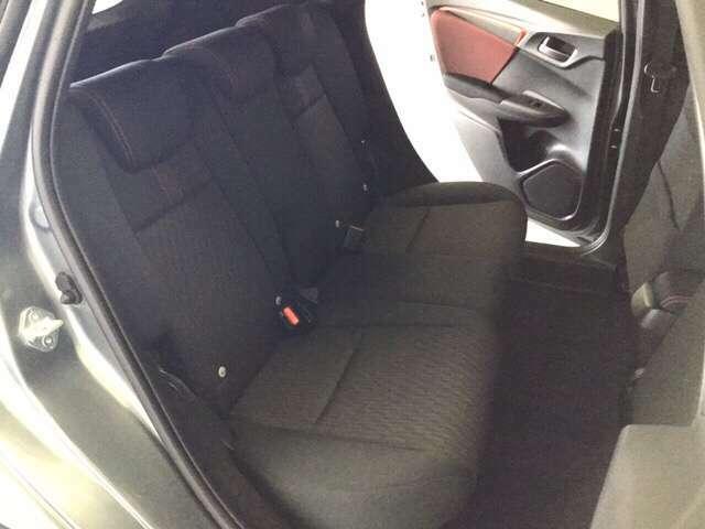 リアシートの背もたれは2段階の角度調節がついています。お好みの位置でゆったりお乗りいただけます。 座面を跳ね上げて収納スペースを広くすることも可能です。