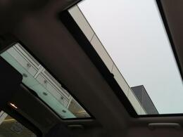【パノラミックルーフ】車内に気持ちいい自然光が差し込み、頭上に広がる風景をお楽しみいただけます。快適な車内温度を維持し日差しから乗員とインテリアを守るダークカラーのガラス。