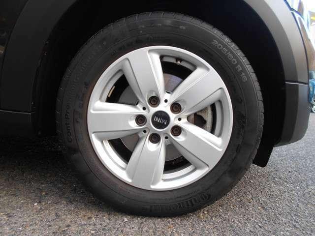 ホイールには純正16インチが装着されており、大きな傷や汚れは見受けられない綺麗な状態です。タイヤは新車からのものが装備されており、残り溝もまだまだございます!