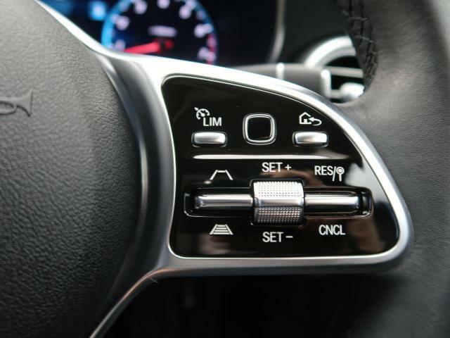●ディストロニックプラス:都市、郊外、高速道路などの走行時に、ステレオマルチパーパスカメラとレーダーセンサーにより、前走車を認識して速度に応じた車間距離を維持する次世代のクルコン!