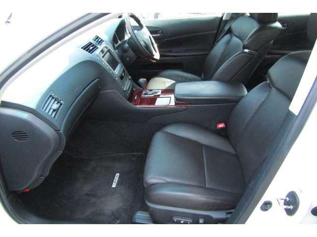 クリーニング済みの車内はとてもきれいな状態です!座り心地、ホールド性の良いシートはコンディション良好です!