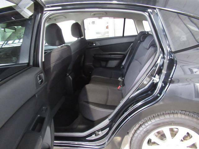 フロント、リアシートともにシートバックの硬さの異なる素材を使用し、長距離でも疲れにくい車内空間にしています。
