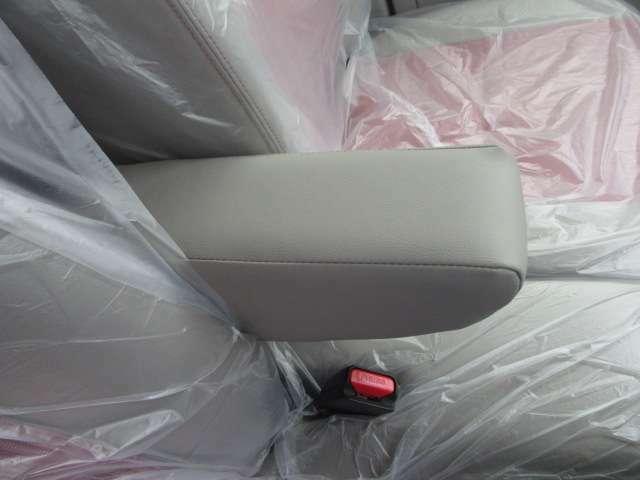 ロングドライブ時の疲労軽減に大きく貢献するアームレストも運転席に装備!優しいアイテムですね!