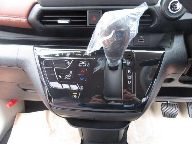 車内の空調はコレにお任せ!温度設定とスイッチ1つで年中設定温度に保つ便利なオートエアコンも装備されています!