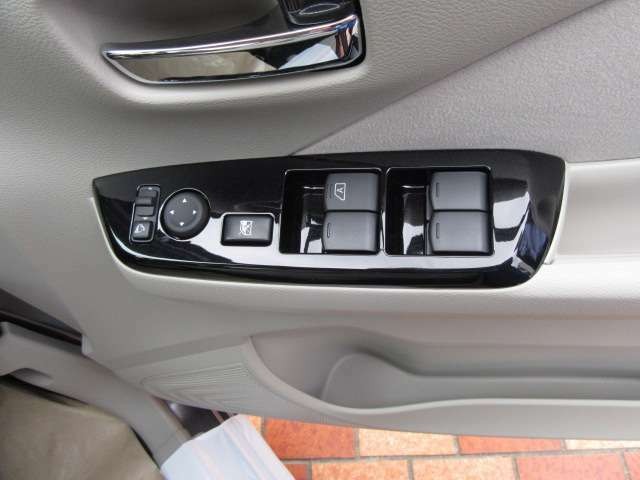 ドアミラーは運転席に座ったまま位置調整、格納ができます。窓はパワーウィンドウが標準装備されています。