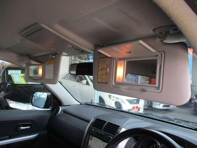 車内で身だしなみチェックもOK!おしゃれな貴方をサポートする照明付きのバニティミラーも両席に装備しています!
