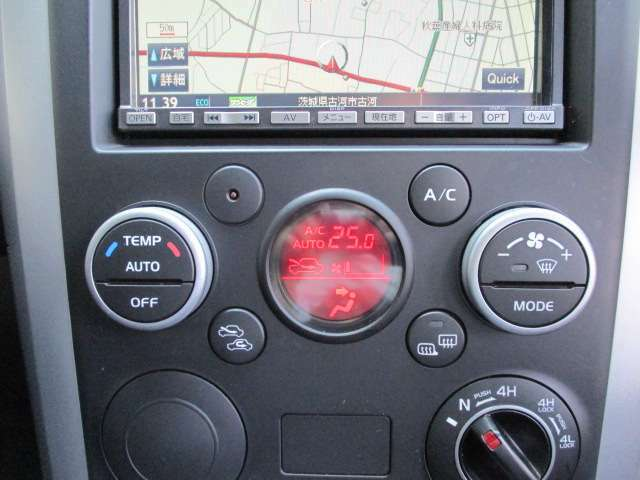 車内の空調はコレにお任せ!温度設定とスイッチ1つで年中設定温度に保つ便利なオートエアコンも装備しています!