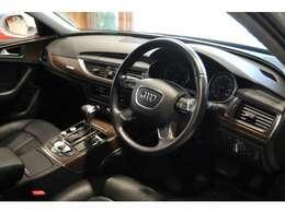 ドライバーを上質な空間に導いてくれる、ブラックで統一されたインテリア。