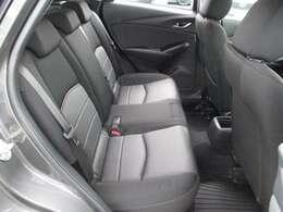 後席の着座位置を前席よりも高く、内側に設定することで、後席乗員もすっきりした前方への開放感を楽しめるとともに、対角線上の乗員同士が会話しやすいレイアウトになっております。