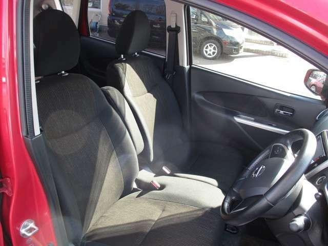 運転席と助手席の様子 運転席にはシートリフター装備