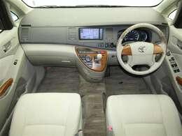 開放感あふれる広い室内です。ゆったり運転できますよ♪スッキリとした印象の運転席まわりでストレスの少ない運転ができそうですね!