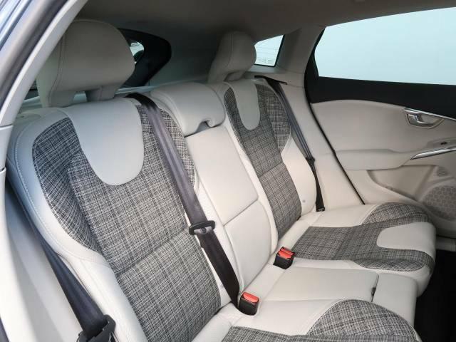 後部座席には気になるようなキズ・汚れやへたり等、大きなダメージはなく、とても良好な状態です。
