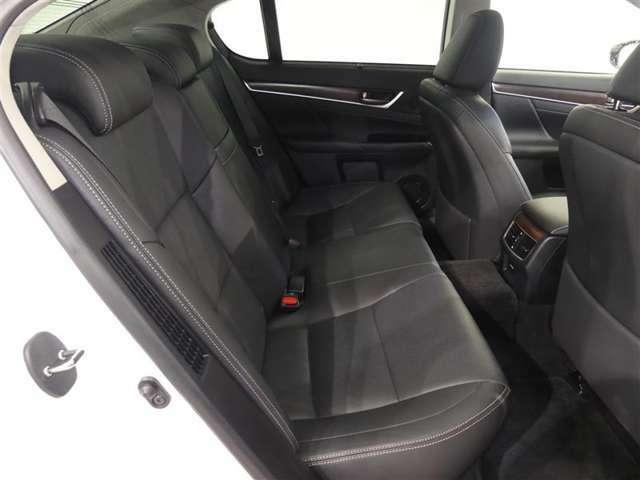 ★後部座席も当然、綺麗・清潔に仕上げております。内装の綺麗なお車は、気持ちが良いですし、内装の綺麗なお車はコンディション良好のモノが多いです。前のユーザーが丁寧に使っていた証拠です。