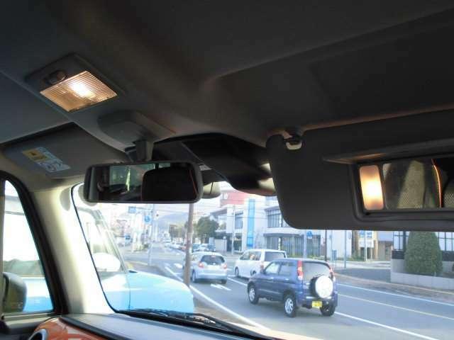 左右サンバイザーには照明付き鏡が付いてます☆(^^)