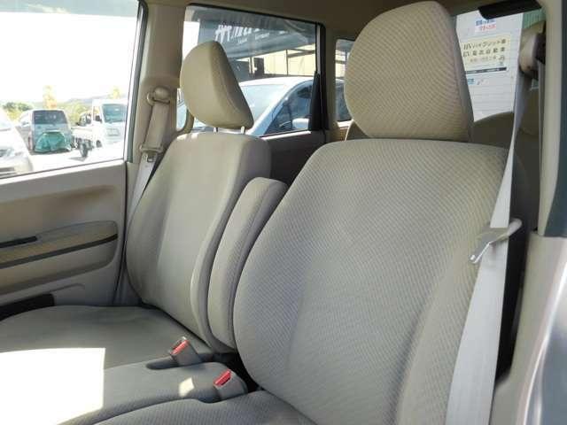 運転席側と助手席の間にセンターアームレストが装備されています。 (写真は収納状態)
