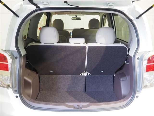 広々としたラゲージスペースです。リヤシートの背もたれを倒すと更に広くなります。