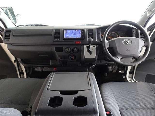 シンプルな運転席、軽いハンドル回しで、軽快な運転ができます。