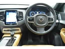 アダプティブクルーズコントロールやオーディオ操作などのボタンを配置したステアリングは運転に集中していただけます。