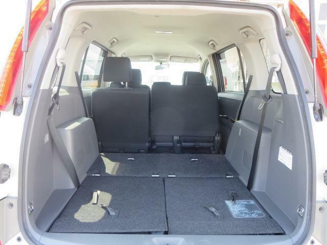 3列目を格納してセカンドシートをスライドさせれば広大な荷物スペースが誕生♪