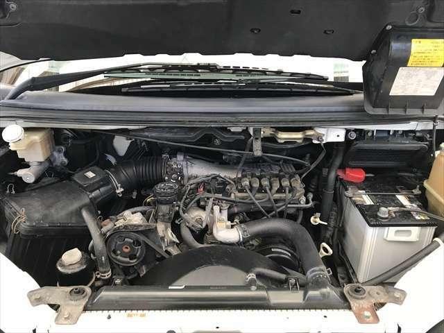 エンジンルーム内もキレイです。オイルの漏れも見当たりません。