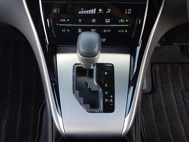 【インパネセンター部】運転席側と助手席側で個別に温度設定ができるデュアル式オートエアコン操作パネルとインパネ式のMTモード付シフトレバーです♪