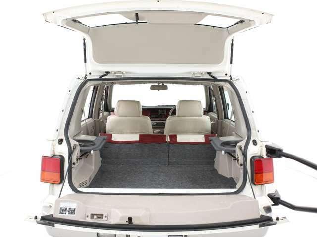 ハッチを開くと広い室内空間に!シートを倒せば更に広い空間となります!