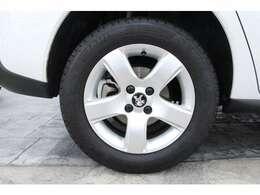 16インチの5本スポークアルミホイールを装備しています。タイヤサイズは前後共に、215/60 R16です。