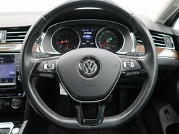 選曲や曲送り、音量などのオーディオ操作がステアリングから手を放さずに操作可能。最小限の操作と視線異動で快適かつ安心なドライブを実現します。
