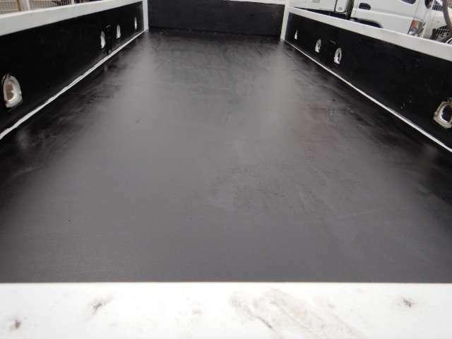 床を鉄板張りにしたい等の架装もお気軽にお問い合わせください。(別途)