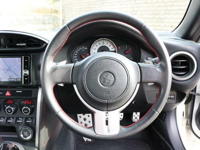 パドルシフト付きの運転席。パドルでの操作もとても面白いですよ!!
