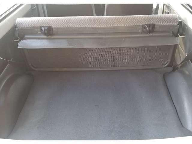 旧車のバンですが・・・荷物部屋も何だか・キレイな状態なんですよ!新しい軽バンでも、結構ボロボロで汚いのですが???どうぞ安心してご購入下さいませ!!