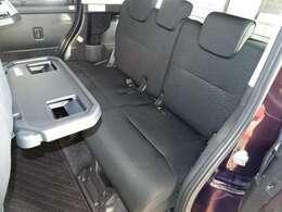 セカンドシートです。フロントシートの後ろに折りたたみ式のテーブルが付いているので飲み物や食べ物などを気軽におく事ができ、車内での休憩も快適です♪