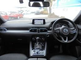 運転する人を中心に機能や装備がレイアウトされたドライビングポジション。
