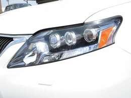 3眼LEDヘッドライトは傷や曇りも無く綺麗に保たれています。大人気オプションの3眼ヘッドライトは外側1つがハイビームで内側2つがロービームになっています。