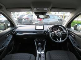 運転席ゾーンでは、ドライバーを左右対称に包み込むコクピットが車と強い一体感を際立たせ、助手席ゾーンでは、水平に広がるすっきりとしたダッシュボードが安心感と開放的な気分を与えます。