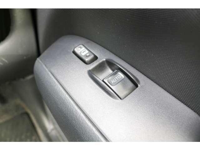 運転席のみパワーウィンドウがついており、残りの座席は手動タイプになっております。