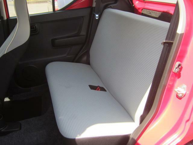 リヤシートは、足元も軽とは思えない広さがあります。